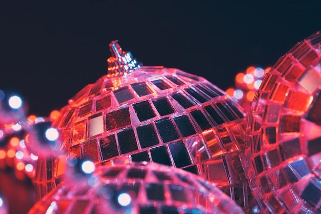 Il partito accende le palle dello specchio della discoteca su fondo nero