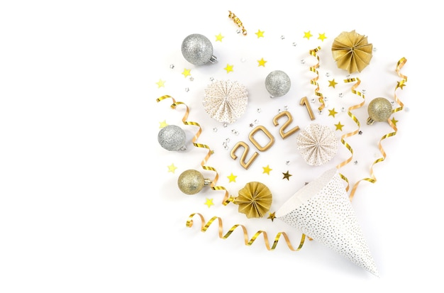 Cappello di carta del partito con decorazioni di capodanno isolate su bianco