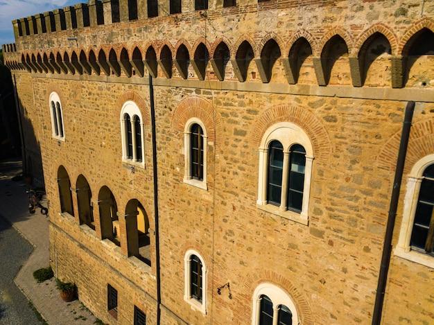 Il castello paschini è un castello in stile medievale situato a castiglioncello in toscana. italia, livorno