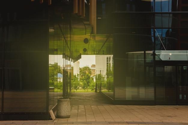 Passaggio dal parco alberato al business center