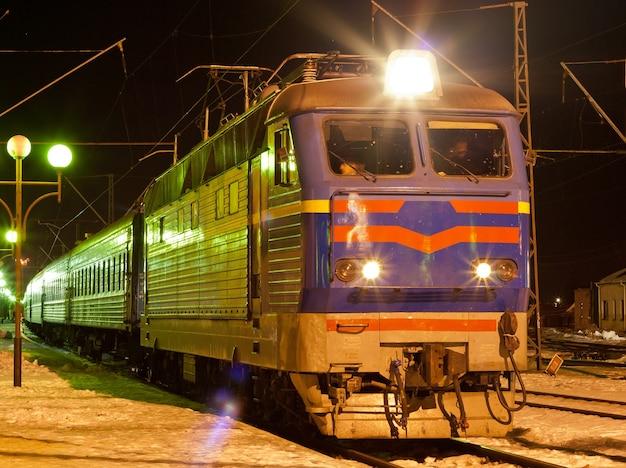 Treno elettrico passeggero sulla stazione di kovel, ucraina