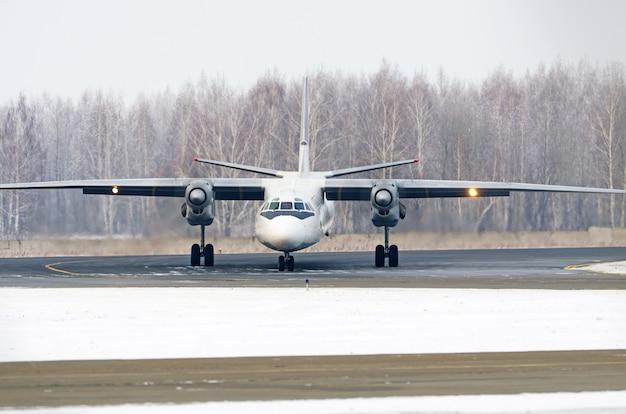 Aereo passeggeri sull'inverno dell'aerodromo prima del decollo.