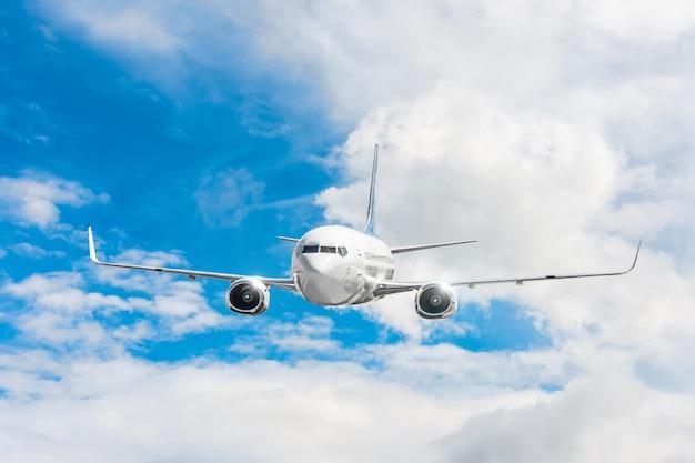 Aereo passeggeri che vola a livello di volo in alto nel cielo sopra le nuvole e il cielo blu.
