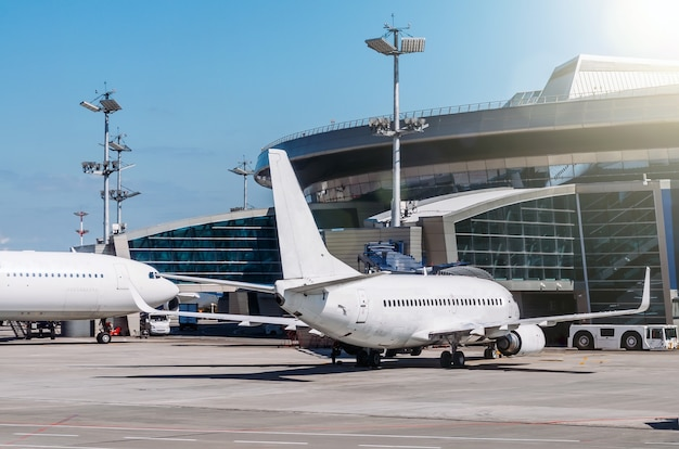 L'aereo passeggeri è parcheggiato nel biglietto aereo nel biglietto aereo, in attesa del volo