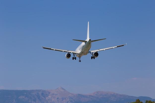 Aeroplano del passeggero nel primo piano del cielo. diminuzione in altezza. grecia, corfù.