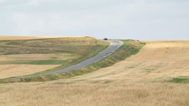 Autovettura su una strada di campagna