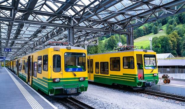 Treni passeggeri a cremagliera alla stazione ferroviaria di lauterbrunnen in svizzera