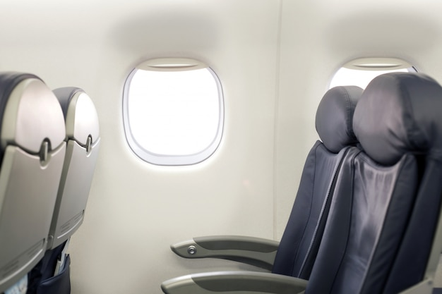 Passeggero all'interno del finestrino oblò mezzo vuoto interno di problema salone grigio volo cabina