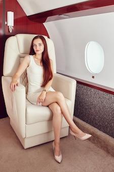 Il passeggero su un volo privato si siede vicino al finestrino.