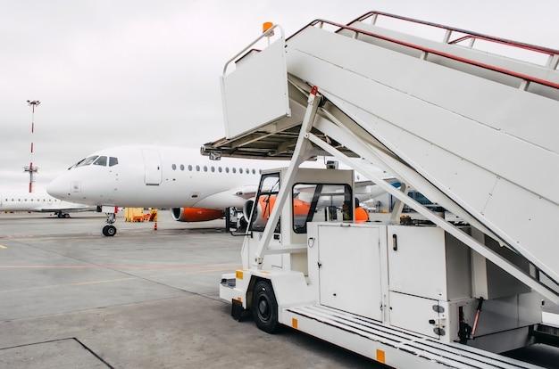 Rampa passeggeri in attesa dell'aereo dopo l'arrivo in aeroporto.