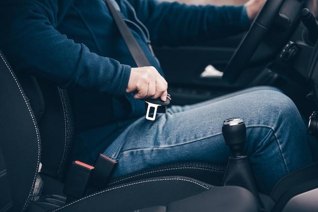 Passeggero uomo anziano fissaggio cintura di sicurezza in macchina, trasporto e concetto di sicurezza