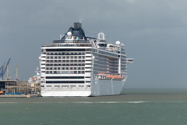 La nave passeggeri ha attraccato nella vista del porto dalla poppa