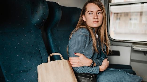 Passeggero in treno che fa freddo