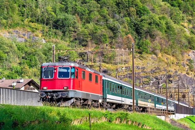 Treno passeggeri che sale sul passo del san gottardo in svizzera