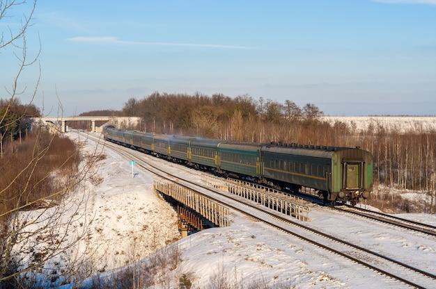 Treno passeggeri durante l'inverno in ucraina