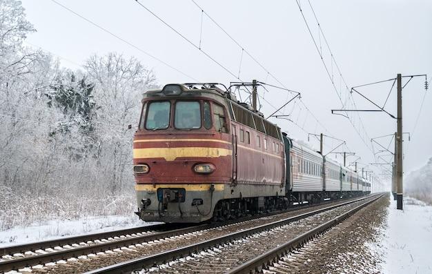 Treno passeggeri trainato da una locomotiva elettrica in ucraina