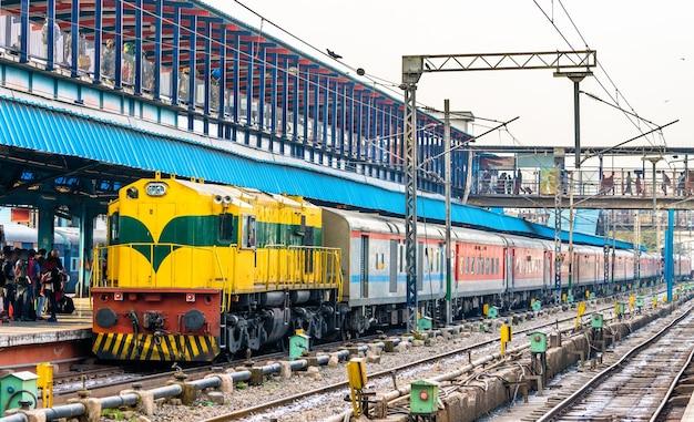 Treno passeggeri alla stazione ferroviaria di nuova delhi. la capitale dell'india