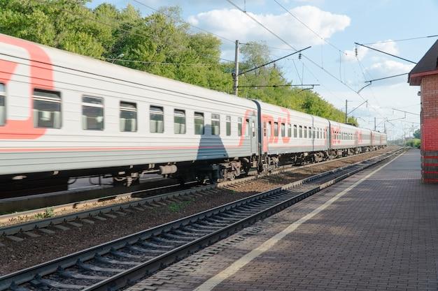 Treno passeggeri sulla ferrovia contro il cielo