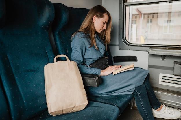 Passeggero nella lettura del treno