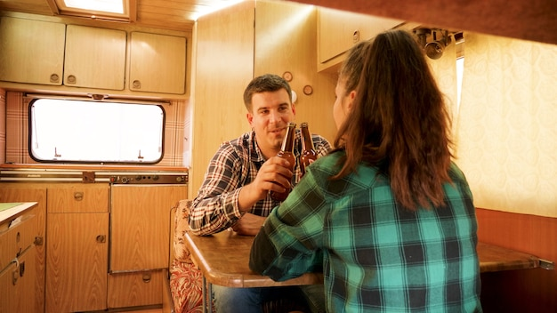 Vista del passeggero della coppia che parla all'interno del loro camper retrò. campeggio autunnale