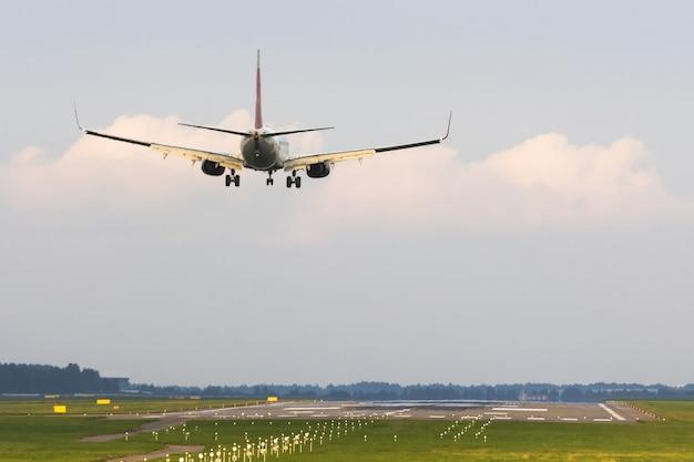 Atterraggio dell'aeroplano dei passeggeri all'aeroporto. vista della pista di testa.