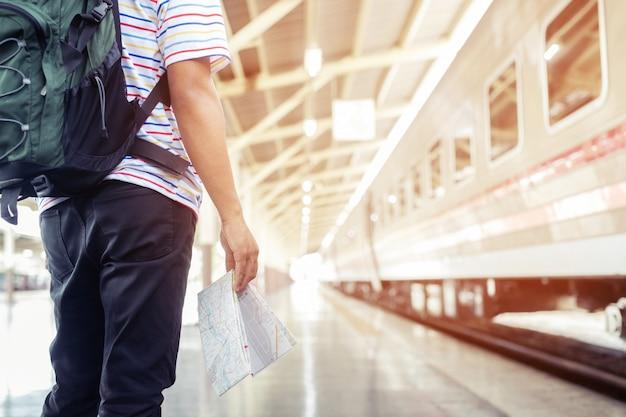I passeggeri stanno aspettando il binario della stazione