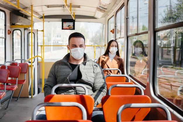 I passeggeri dei trasporti pubblici durante la pandemia di coronavirus si tengono a distanza gli uni dagli altri. protezione e prevenzione covid 19.
