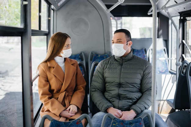 I passeggeri sui mezzi pubblici durante la pandemia di coronavirus si tengono a distanza l'uno dall'altro. protezione e prevenzione covid 19.