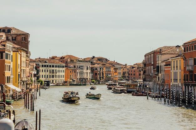 I passeggeri del vaporetto ammirano la città dall'acqua. stazione fluviale del canal grande.