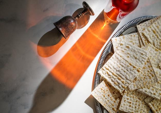 Sfondo di pasqua. vino e pane azzimo (pane festivo ebraico) su tavola di pietra.