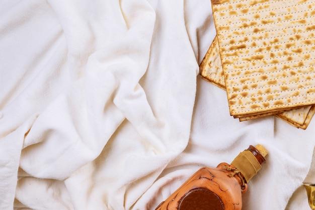 Bottiglia di pasqua ebraica e pane festivo ebraico matzoh