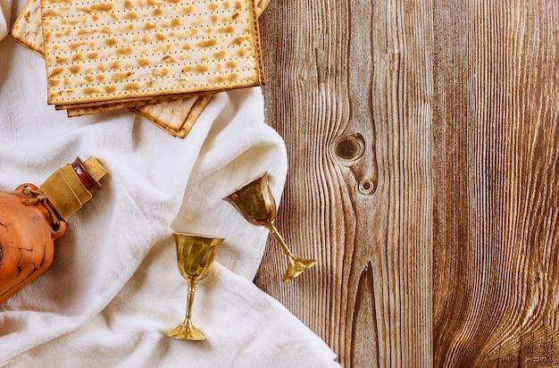 Coppa di vino pasquale e pane festivo ebraico matzoh