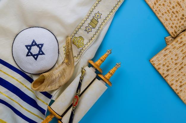 Celebrazione tradizionale del giorno di pasqua con pane azzimo matzah kosher sul rotolo della torah della festa ebraica di pesach