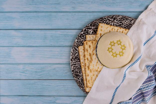 Celebrazione della festa della pasqua ebraica con pane azzimo matzah kosher sul tradizionale piatto di pesach della pesach ebraica