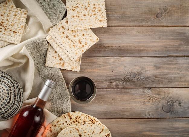 Festa della pasqua ebraica celebrazione tradizionale con coppa di vino kosher matzah pane azzimo sulla pesach ebraica. lay piatto.