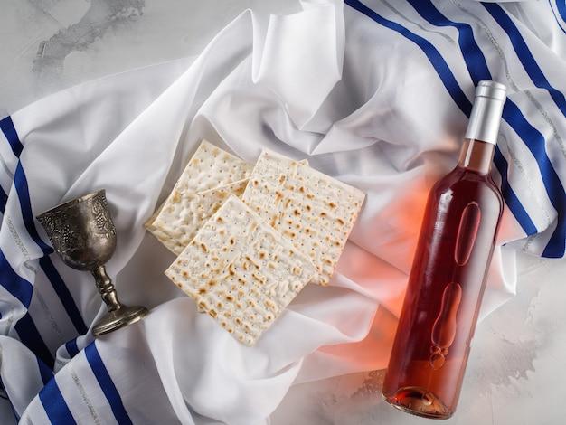 Festa della pasqua ebraica celebrazione tradizionale con coppa di vino kosher matzah pane azzimo sulla pesach ebraica.
