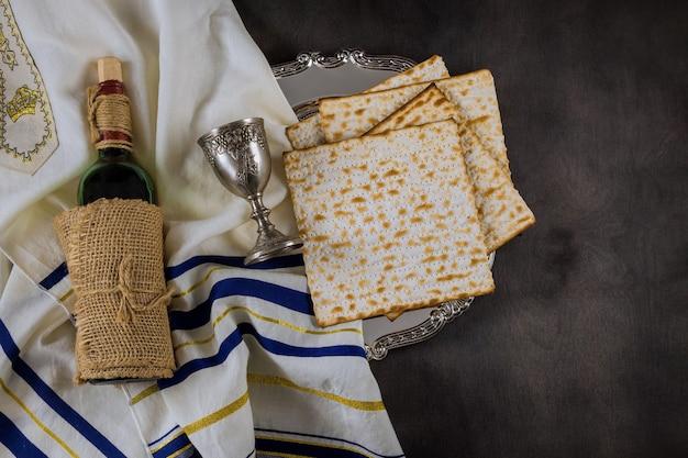 Festa della pasqua ebraica celebrazione tradizionale con coppa di vino kosher matzah pane azzimo sulla pesach ebraica