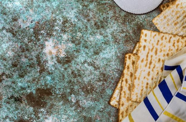 Celebrazione tradizionale della festa della pasqua ebraica con pane azzimo matzah kosher su pesach ebraica