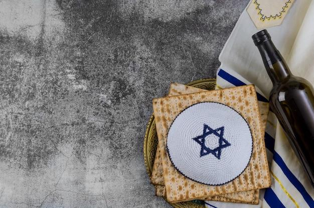 Celebrazione tradizionale di festa di pasqua con vino matzah kosher