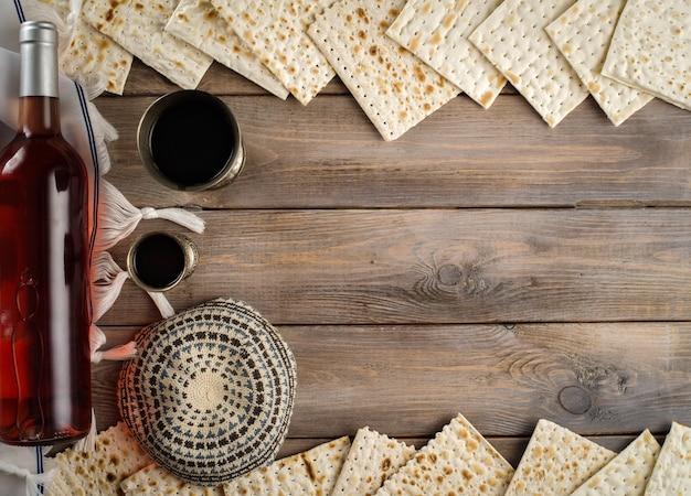 Pasqua ebraica pane azzimo pane festivo ebraico e vino kosher su sfondo tavolo in legno. copyspace. lay piatto.