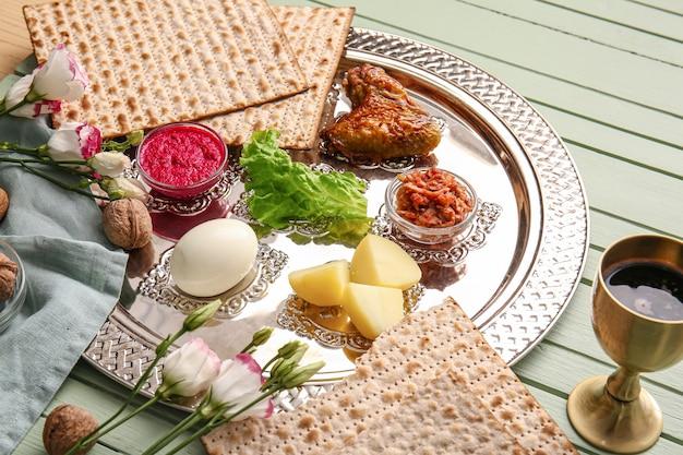 Seder pasquale piatto con cibo tradizionale in tavola