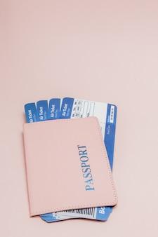 Passaporto e biglietto aereo in rosa. concetto di viaggio, copia dello spazio.