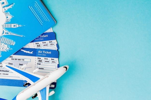 Passaporto, aereo e biglietto aereo su sfondo blu