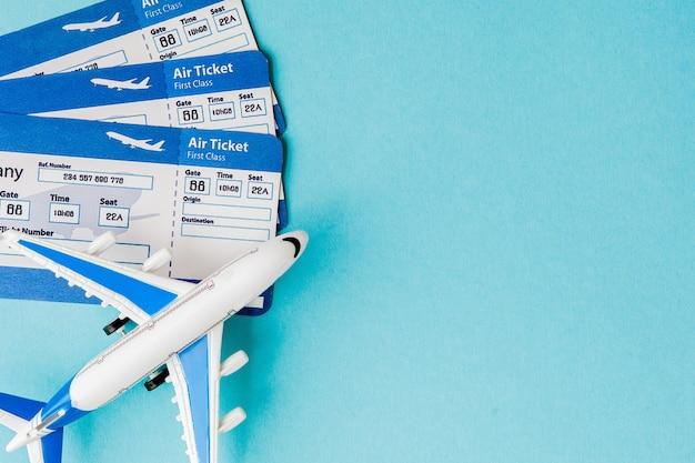 Passaporto, aereo e biglietto aereo sull'azzurro