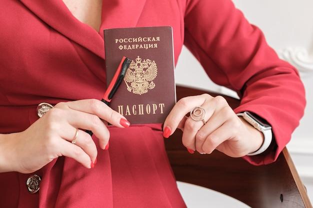 Passaporto di un cittadino della federazione russa nelle mani di una donna