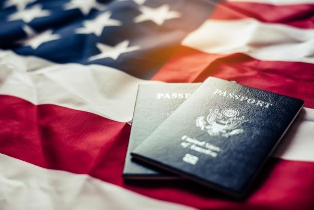 Il passaporto è posto sulla bandiera degli stati uniti. prepararsi per un viaggio legittimo