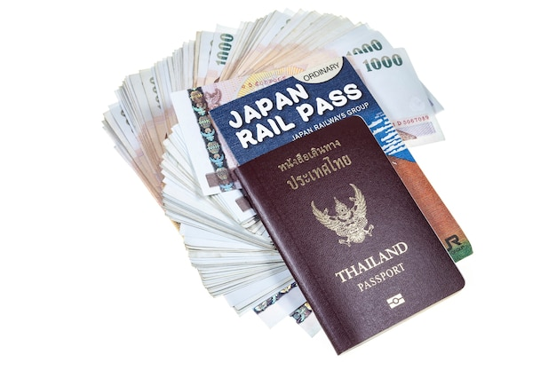 Passaporto, denaro e abbonamento ferroviario su sfondo bianco.