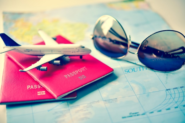 Passaporto inserito sulla mappa concettuale pianificazione turistica e attrezzatura necessaria per il viaggio