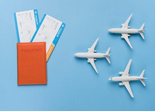 Passaporto, biglietti e piccoli aeroplani