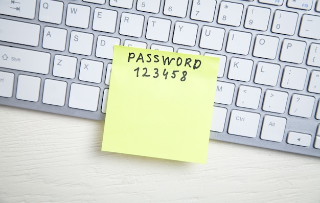 Messaggio di password scritto su una nota adesiva nella tastiera del computer.